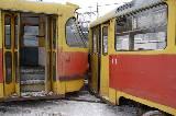 Один из вагонов сбил опору контактной сети и оборвал провода.