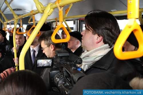 Геннадий Кернес, Маркиян Лубкивский, Максим Мусеев,  другие городские чиновники и, конечно же, вездесущие журналисты (как же без них?) проехались первым рейсом в качестве пассажиров-испытателей