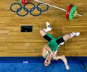 ЧП на Олимпиаде: Тяжелоатлета придавило штангой (ВИДЕО)