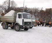 Уборка снега в Харькове: днем посыпают, ночью вывозят