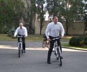 Михаил Добкин и Геннадий Кернес приехали на работу на велосипедах: фотофакты