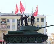 Харьковские коммунисты полезли на танки: фото-факты