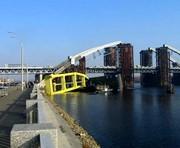В Киеве упал самый большой плавучий кран в Восточной Европе