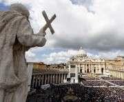 Бенедикт XVI передал новому Папе секреты об отмывании денег в Ватикане