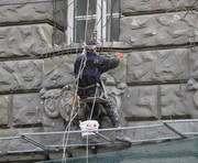 В центре Харькова столетних львов меняют на новых