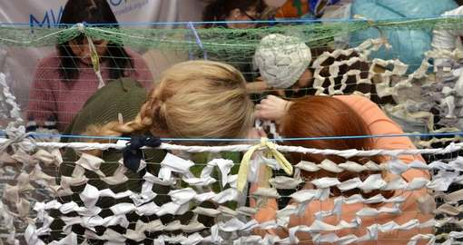 Харьковские девушки плетут сети для военных