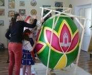Харьковские школьники расписывают двухметровое яйцо