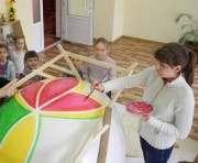 В Харькове расписывают гигантское яйцо