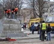 В Харькове демонтировали пострадавшую от взрыва стелу: фото-факт