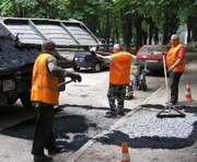 В Харькове начали асфальтировать дороги в местах разрытий