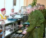 В меню военнослужащих добавили сало и мед
