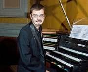 Харьковский музыкант проводит отпуск в органном зале