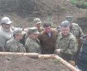 Петр Порошенко инспектирует окопы: фото-факт