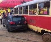 На Салтовке трамвай въехал в припаркованное авто: фото-факты