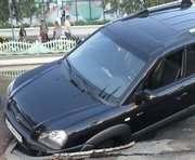 В Харькове на Алексеевке автомобиль провалился под асфальт: фото-факт