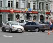 В центре Харькова столкнулись три легковушки