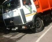 В Харькове грузовик провалился под асфальт: фото-факты