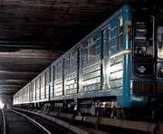 В харьковском метро пассажир пытался открыть дверь вагона на ходу: видео