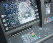 В Лозовой задержали гражданина, пытавшегося разбить банкомат