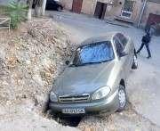 В Харькове автомобиль провалился в яму: фото-факт