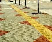 В Днепропетровске на тротуарах ходят уложить плитку для слепых