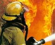 Спасатели вытащили из горящего дома спящего хозяина
