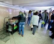 Глас народа: харьковчане предлагают убрать из метро лотки с колбасой