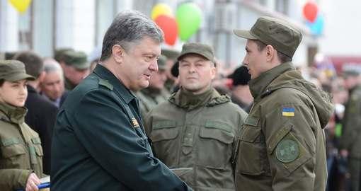 Петр Порошенко лично вручал в Харькове курсантам красные дипломы