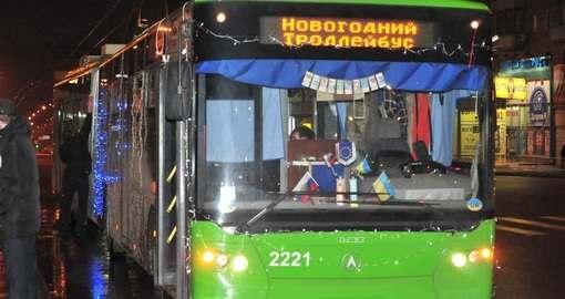По Харькову разъезжает новогодний троллейбус