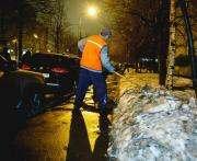 Харьковские дворники стараются очистить тротуары до асфальта