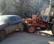 В Харькове трактор без водителя повредил автомобиль