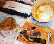Мобильные телефоны скрывались под жареной курочкой