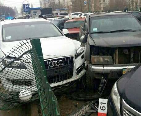Пьяная фурия разбила пять машин на парковке в Харькове