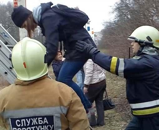 В Харькове спасатели три часа снимали людей с канатной дороги: фото-видео-факты
