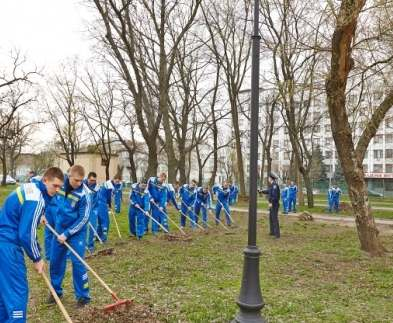 Курсанты академии Нацгвардии очистили сквер возле площади Восстания