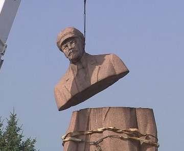 На демонтированный памятник на Харьковщине нашелся покупатель