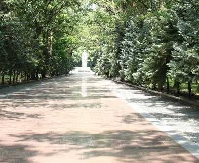 Харьковские военнослужащие помогают убирать на Мемориале Славы