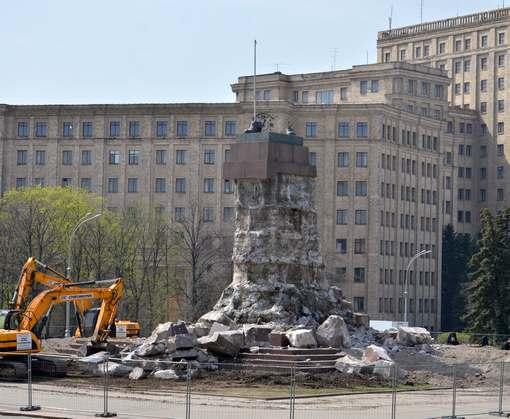 С площади Свободы в Харькове убирают спорный постамент