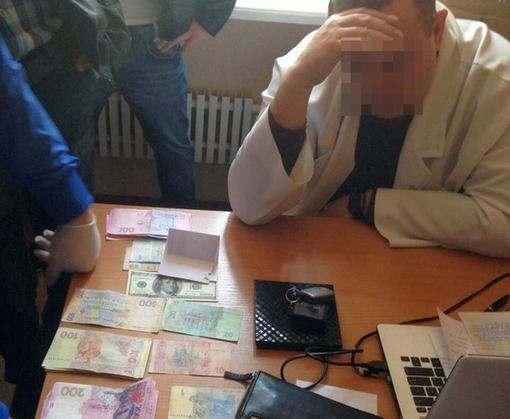 Харьковский врач попался на взятке