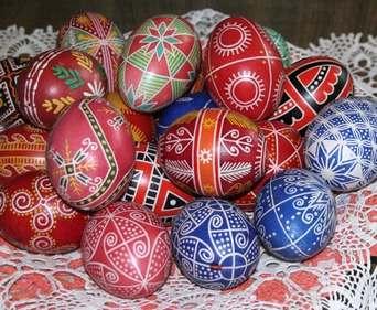 Какие яйца выбрать для крашенок
