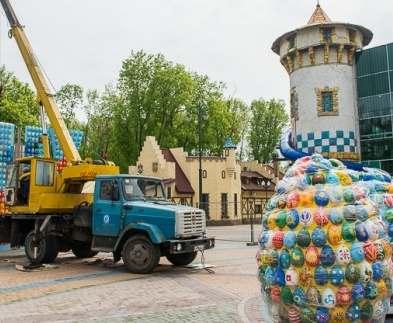 В харьковском парке Горького устанавливают пасхальную композицию