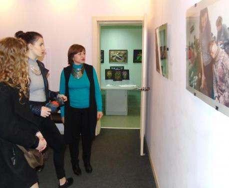 В галерее «Бузок» открылась фотовыставка о волонтерах