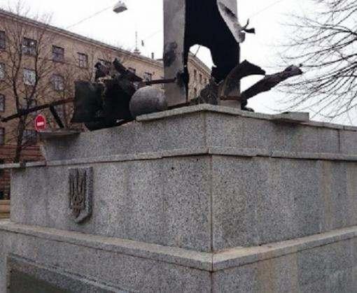 Поврежденные вандалами обелиск и стелу с флагом восстановят до Дня Победы
