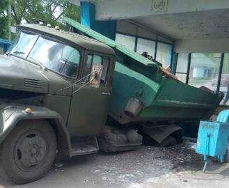 Происшествие в Харькове: грузовик провалился в подземный переход