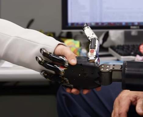 В Пентагоне создали протез, управляемый силой мысли: видео