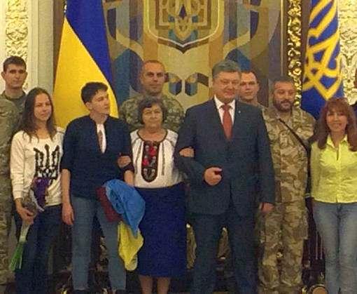Надежде Савченко вручили «Золотую Звезду» Героя Украины: видео-факт