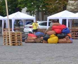 В центре Харькова на площади сгрузили тюки с сеном: фото-факты