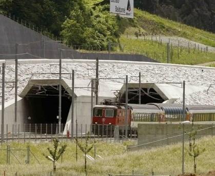 В Швейцарских Альпах сегодня откроют самый длинный железнодорожный тоннель в мире