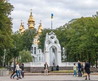 В центре Харькова неизвестные перевернули скамейки