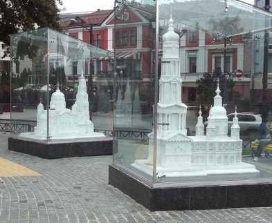 В Харькове на площади Архитекторов вандалы разбили стекло куба с макетом Успенского собора